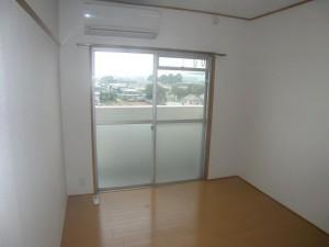 今まで和室だった部屋を洋間に、湿気易い壁には通気層を設けました。エアコンも取り付け快適!