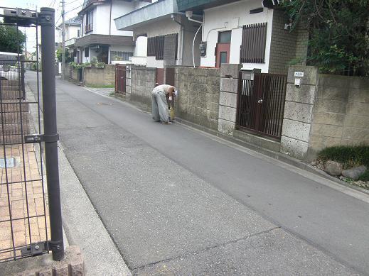 土曜日13時~は、クリーンタイム。 ご近所の道路も職人さんがきれいにしてくれています!