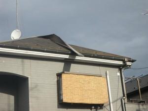 強風の時は良くある例です。棟板金という屋根にかぶせてある板金が取れかかっています。
