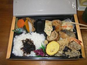 ちょっと奮発して、僕は豪華、天ぷら弁当をいただきました。