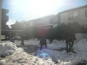 まずは、お客様用の駐車場を確保するため、いつもお願いしている、西武信金さんの駐車場を協力業者さん6名と、工事部長で雪かき。