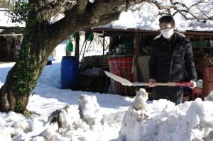 向かいのM様宅でも、雪かき。水道までの道のり確保のため。ありがとう、ツタエル小林さん。