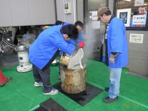 蒸しあがったもち米をうすにあけます。