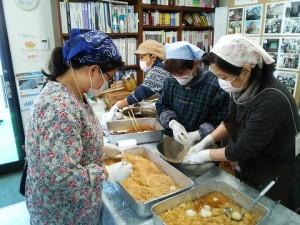 おもちは、女性陣の手によって食べやすいサイズに切れれていきます。