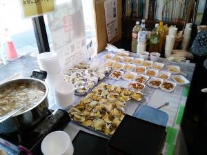 そして、きれいに並べられていきます。 ここには、経理部長とうちの奥さんで数日前から作ったトン汁も!