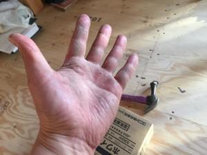 努力の結晶? コーキングで、ゾンビのような自分の手。